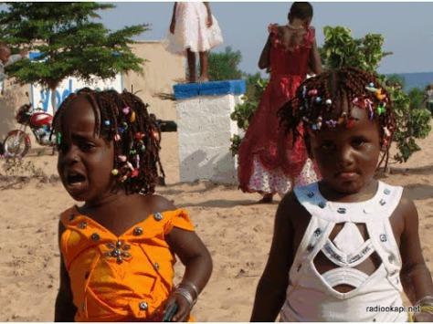 KALEMIE.  LA BONANA, Enfants sur la plage. Radio Okapi/François-Xavier MYBE