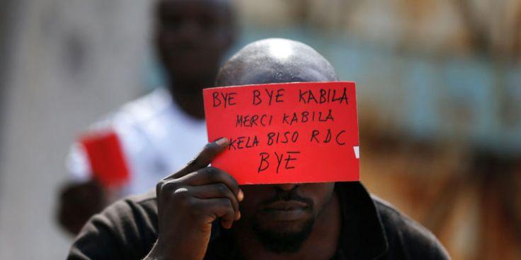 Manifestant muni-d-un-carton rouge