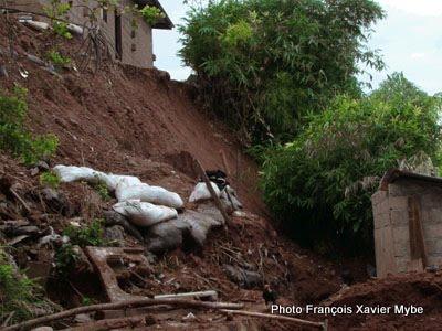 Un éboulement de terrain dans un quartier de la ville de Kalemie au Katanga
