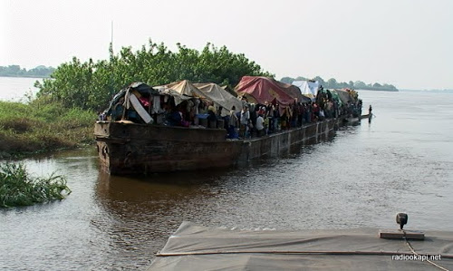 Une embarcation sur le fleuve Congo.