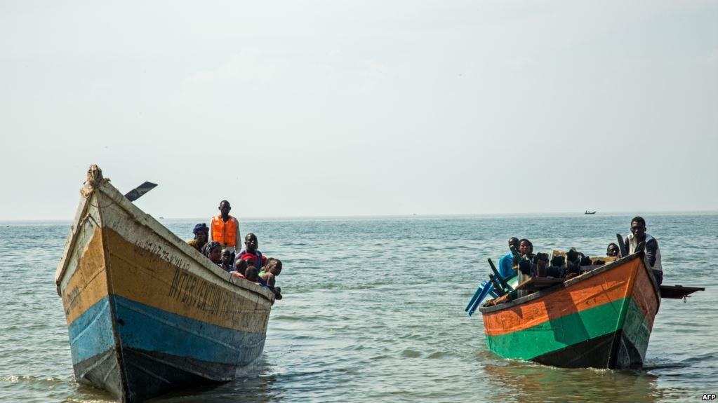 Des bateaux transportant des réfugiés congolais traversent les eaux du lac Albert à Sebagoro, en Ouganda, le 15 février 2018.
