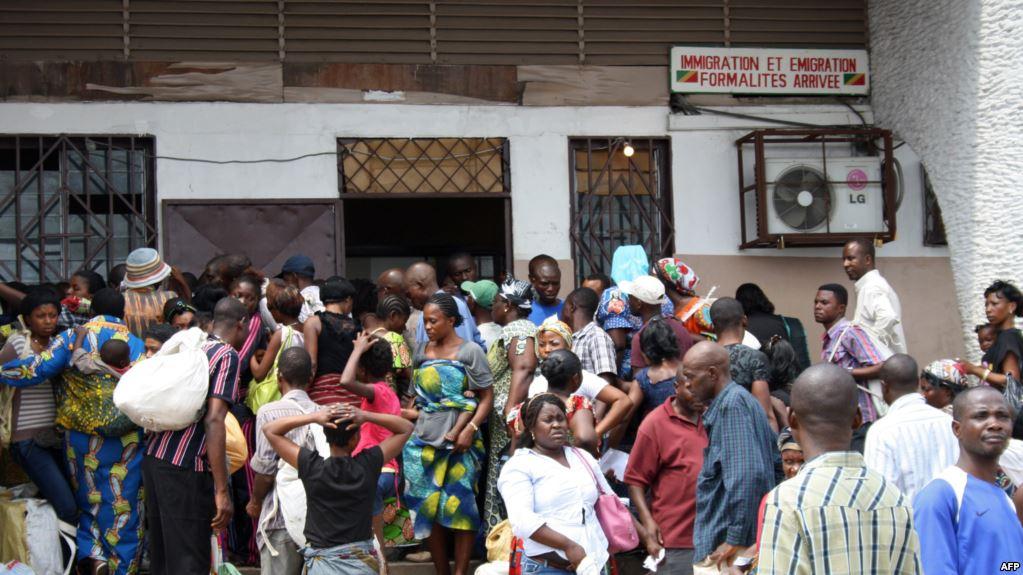 Des ressortissants de la République démocratique du Congo attendent devant le bureau de l'immigration après leur arrivée à Brazzaville, le 5 décembre 2011.