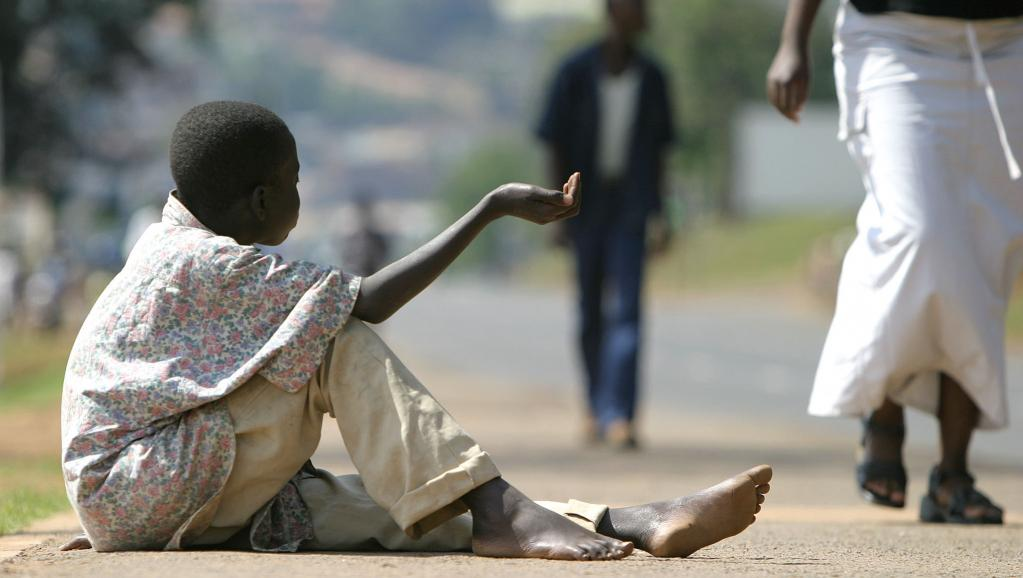 Un enfant fait la manche à Kigali, Rwanda.