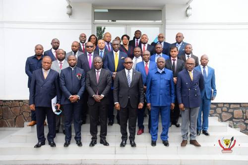 Le Premier ministre Jean-Michel Sama Lukonde, entouré de certains ministres et des responsables des compagnies d'aviation, à l'issue de la cérémonie solennelle de signature de l'arrêté ministériel portant fixation des nouveaux tarifs des services aériens du réseau domestique en RDC, le 7/08/2021. Photo Primature RDC.